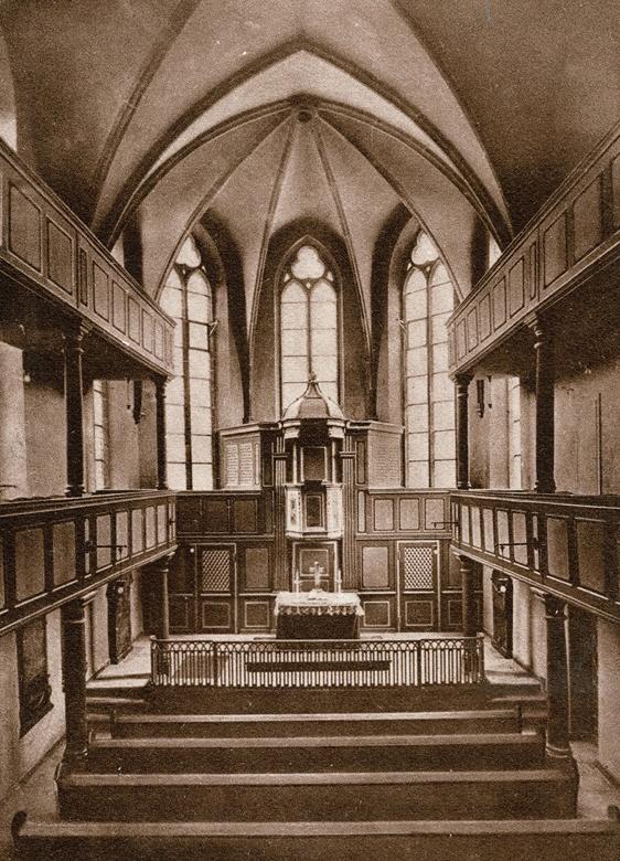 Dieses Bild hat ein leeres Alt-Attribut. Der Dateiname ist 1930-Untere-Stadtkirche-Blick-in-den-Chor-Louis-Scharfe-beschnitten.jpg
